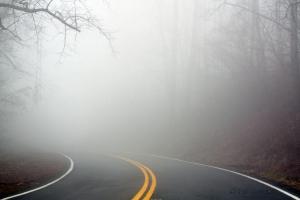 جاده تاریک مه آلود
